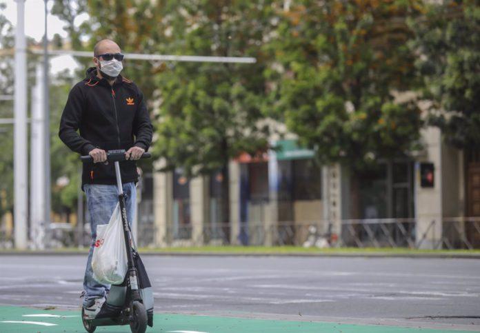 Los patinetes eléctricos de más de 250 W podrán circular por la calzada pero no por carriles bici de Sevilla