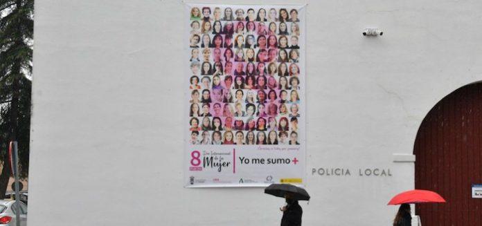 Tomares se suma al 8M con una gran lona con 100 fotografías de mujeres del municipio