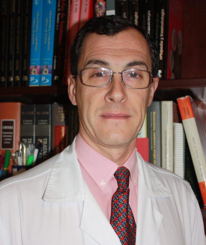 El facultativo del Valme Ricardo Mena-Bernal, vicepresidente de la Sociedad Andaluza de Traumatología y Ortopedia (SATO)