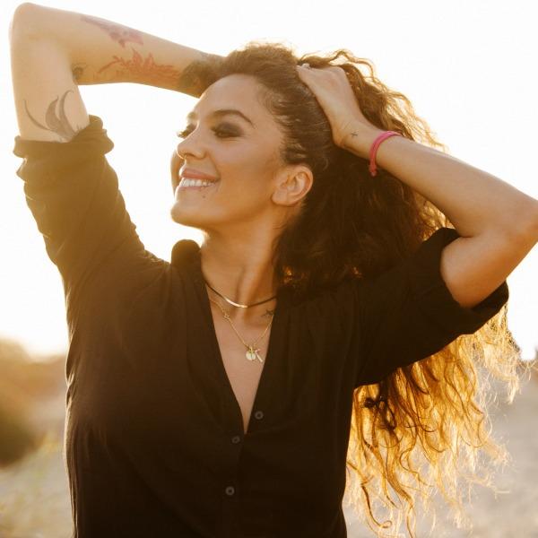 La cantante sevillana Alba Molina estrena el videoclip de la canción 'Tú', compuesta con Alejandro Sanz