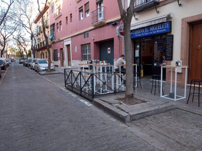 Los veladores, en plazas de aparcamientos como medida excepcional