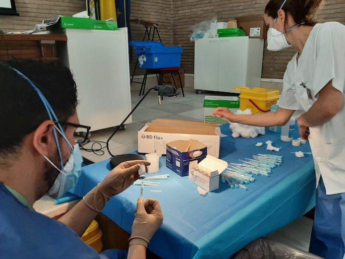 Cerca de 900 pacientes de alto riesgo al COVID son vacunados este fin de semana en el Virgen del Rocío