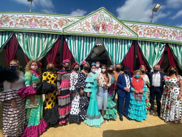 Un empresario de la localidad sevillana de Mairena del Alcor, Juan Ortiz, ha convertido su salón de celebraciones en una gran caseta de feria.