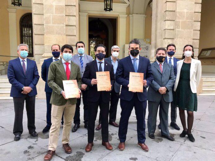 Los hosteleros de Sevilla piden que se conceda la medalla de la ciudad al sector