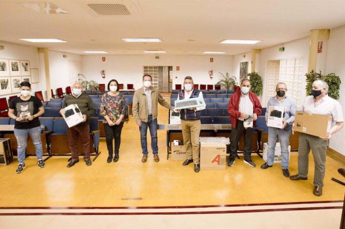 Mairena del Aljarafe entrega equipos informáticos a los centros de mayores