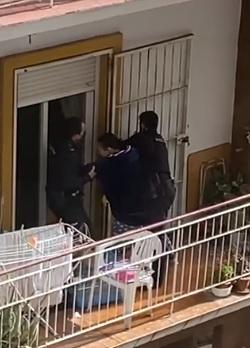 Rescatan a un bebé de un balcón desde el que la madre pedía ayuda