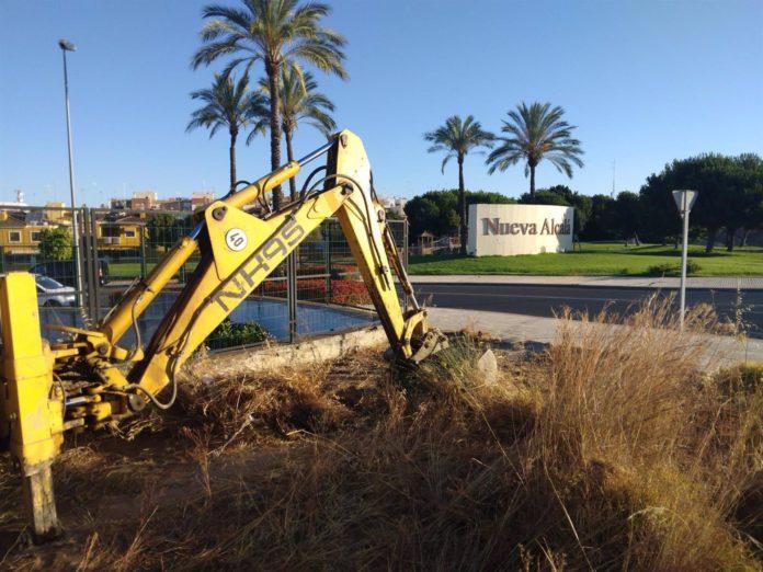 Alcalá de Guadaíra intensifica los trabajos de limpieza de solares municipales y pavimento