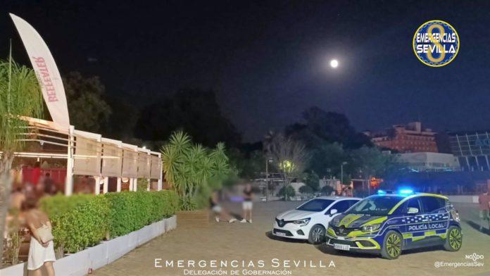 Agentes de la Policía Local de Sevilla han desalojado durante la madrugada de este domingo a 632 personas del interior de establecimientos y locales.