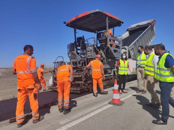 Ejecutadas las obras de reparación del firme en la carretera A-8152 entre Lebrija y El Cuervo