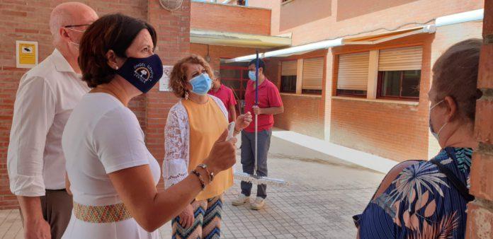 Culmina la colocación de toldos en los aularios del CEIP Ángel Ganivet