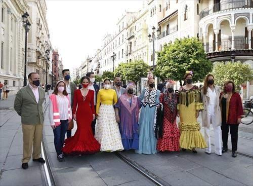Una treintena de creadores en el desfile de moda flamenca de Constitución, con Joana Jiménez y Las Migas