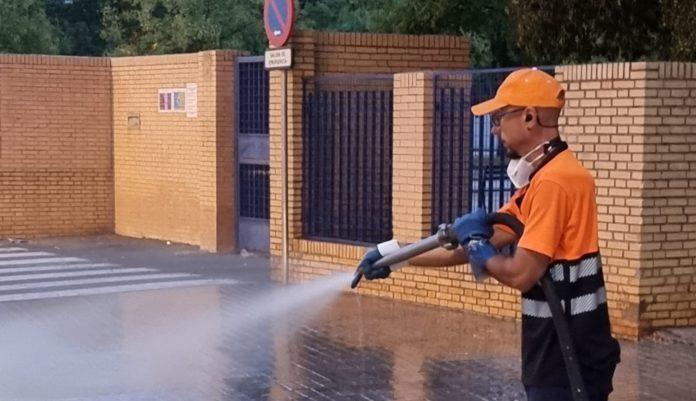 Lipasam realiza 910 actuaciones de limpieza y desinfección en el entorno de los colegios ante el inicio del curso