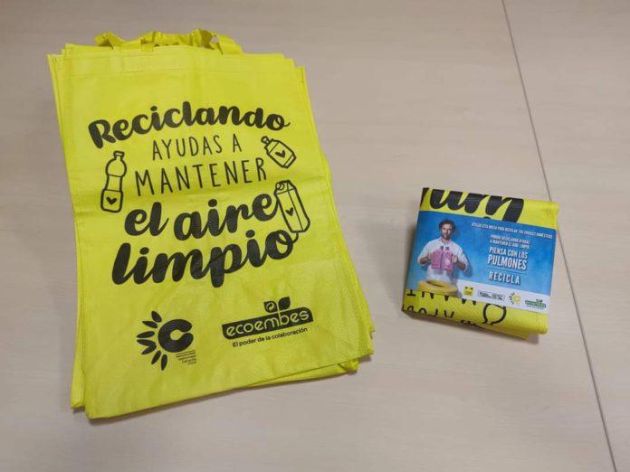 La Mancomunidad Campiña 2000 reparte bolsas reutilizables para la separación selectiva de envases